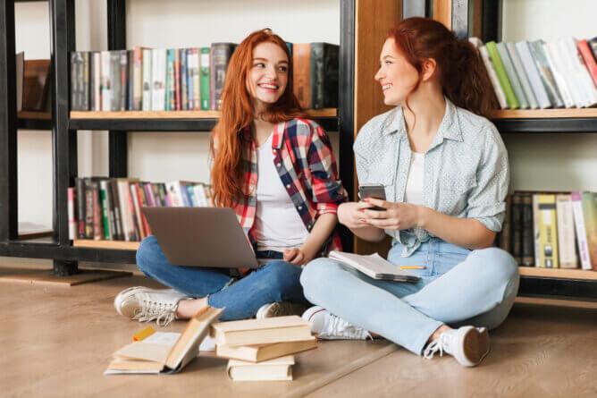 students reading psychology textbooks)